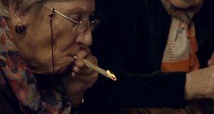 סבתות מעשנות מריחואנה באמסטרדם