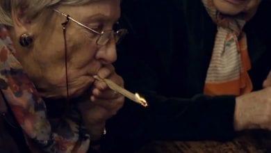 Photo of 3 סבתות מעשנות גראס בפעם הראשונה באמסטרדם