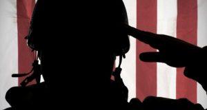 """חייל מצדיע על רקע דגל ארה""""ב"""