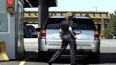 """מעבר גבול ארה""""ב-קנדה - שוטרת מחפשת קנאביס ברכב"""