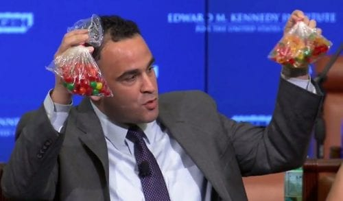 קווין סאבת מחזיק שקיות דובוני גומי מריחואנה