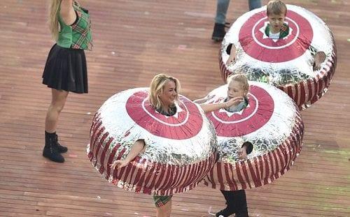"""ילדים בתחפושת קרמבו מקומי בטקס הפתיחה של """"משחקי איחוד העמים"""""""