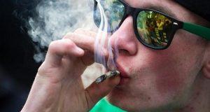 צעיר גרמני מעשן ג'וינט