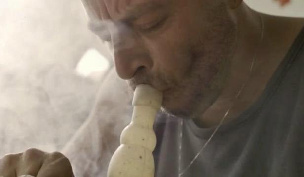 רן שריג מעשן מריחואנה