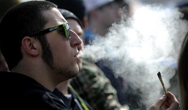 איש צעיר מעשן ג'וינט