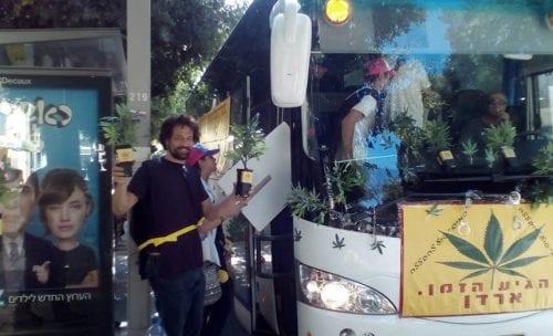 אוטובוס הפושעים ועציצי קנאביס מפלסטיק