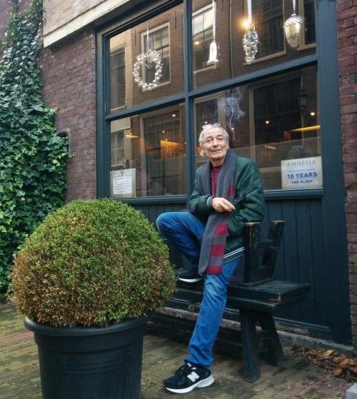 שלומי סנדק מחוץ לאמנזיה קופי שופ באמסטרדם