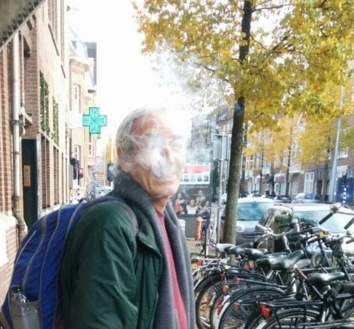 שלומי סנדק עם עשן קנאביס אמסטרדם