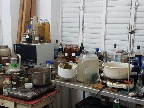 הציוד להכנת שמן קנאביס שנתפס בביתו הרופא