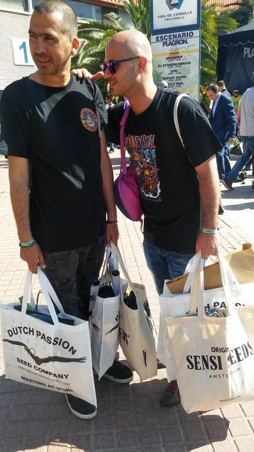 Ариэль и Меир с сумками, полными испанского