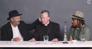 רב כומר ואתאיסט מעשנים מריחואנה