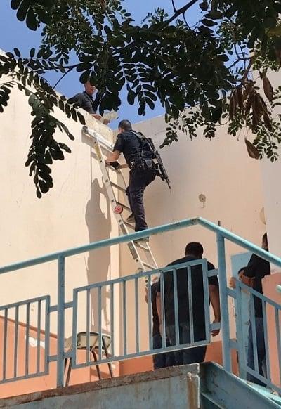 שוטר מטפס על סולם