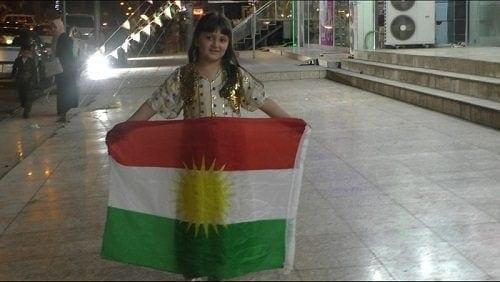 ילדה קטנה עם דגל כורדיסטן