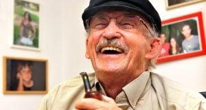 איש מבוגר צוחק קנאביס