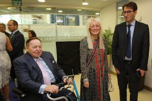 בועז ביסמוט (מימין) עם מרים ושלדון אדלסון (צילום: מארק סאלם, פלאש90)