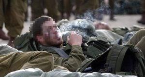 Soldier smoking (Photo: Abir Sultan, Flash 90)