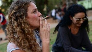 ישראלית מעשנת ג'וינט (צילום: תומר נויברג, פלאש90)
