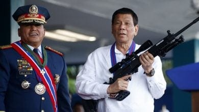 נשיא פיליפינים דוטרטה עם נשק ישראלי גליל