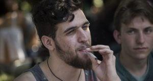 צעיר מעשן ג'וינט (צילום: הדס פרוש, פלאש90)