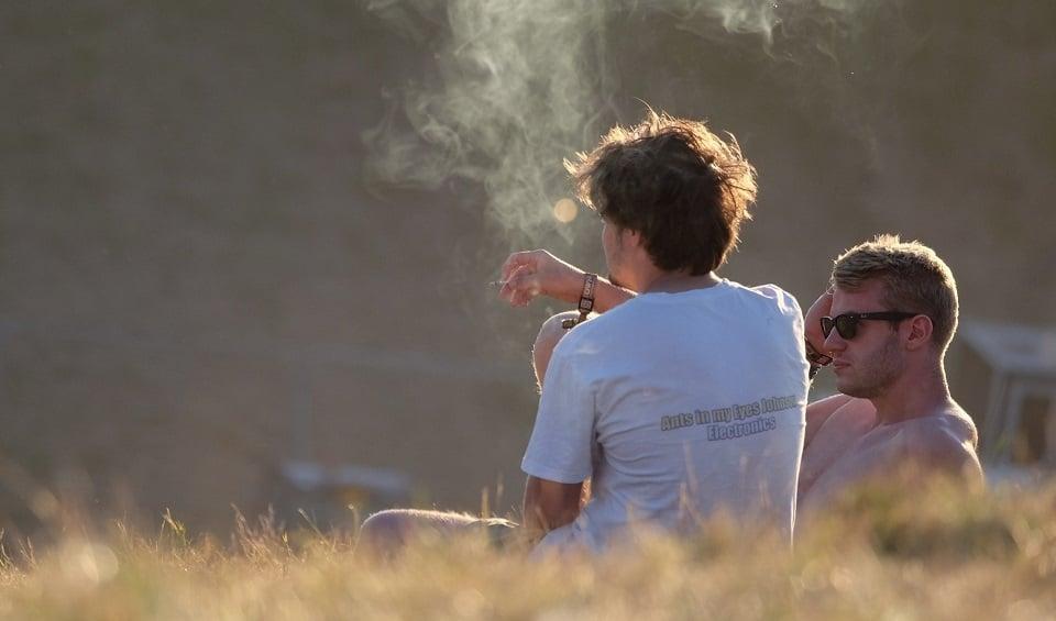 שני בני נוער מעשנים ג'וינט קנאביס מריחואנה