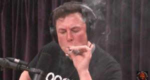 אילון מאסק מעשן ג'וינט