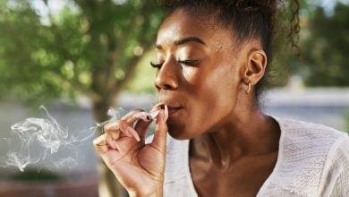 אשה אפריקנית מעשנת ג'וינט קנאביס