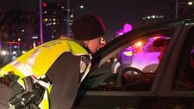 שוטרת קנדה בודקת רכב נהיגה קנאביס