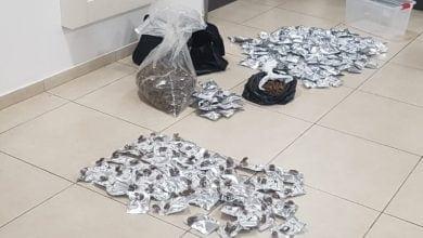 "Photo of אם ובנה נעצרו עם מאות שקיות קנאביס: ""מצאנו את זה"""