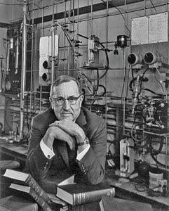 רוג'ר אדמס במעבדה שלו