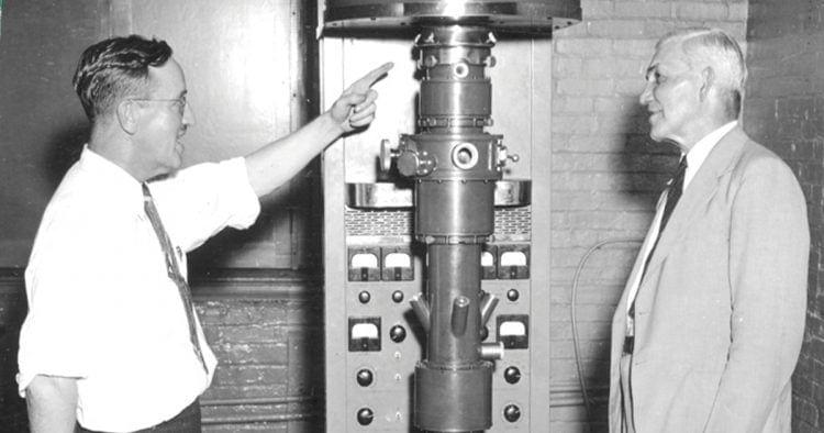 רוג'ר אדמס (משמאל) במעבדה