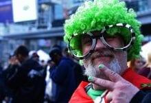 לגליזציה איש מבוגר עם פאה ירוקה תומך קנאביס לגליזציה הפגנה