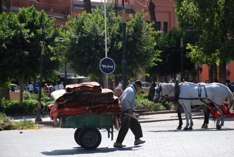 Un homme avec un wagon dans les rues du Maroc
