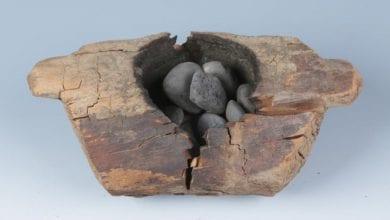 כלי עץ וחלוקי נחל מפוחמים עליהם נמצאו שרידי רכיבי קנאביס