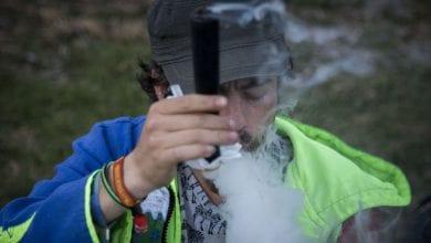 Ein Israeli raucht Chillum Cannabis