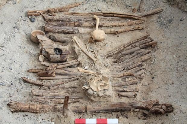 שלדים בקבר עתיק