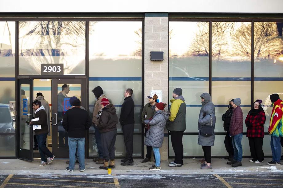 קנאביס חוקי אילינוי - תורים בכניסה לחנויות