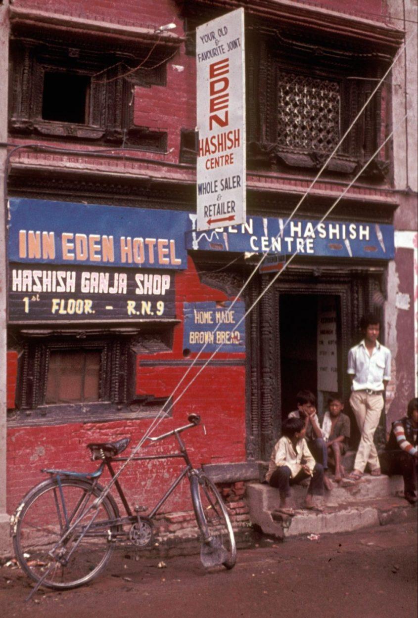 חנות קנאביס חוקית בנפאל בשנת 1973, רגע לפני הכרזתו כבלתי חוקי בלחץ מדינות המערב