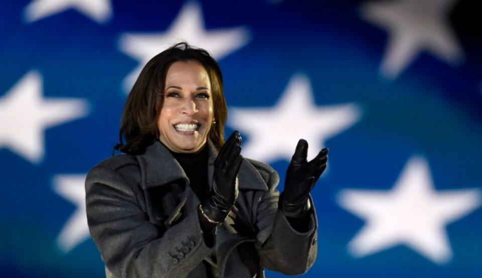 קמלה האריס על רקע דגל ארצות הברית