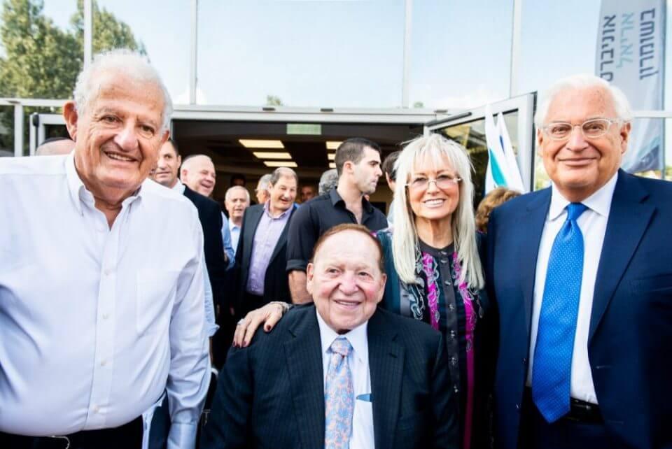 """שלדון אדלסון עם אשתו ד""""ר מירי  אדלסון ונשיא אוניברסיטת אריאל פרופ' יהודה דנון בטקס פתיחת בית הספר לרפואה באוניברסיטת אריאל"""